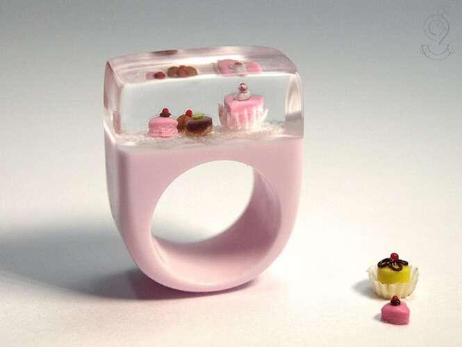 Artista cria cenas em miniatura dentro de anéis