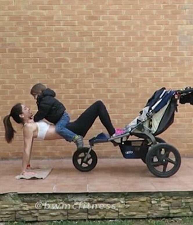 """Mãe de 4 filhos pequenos encontra tempo para se exercitar após """"usar"""" crianças em seus treinos"""