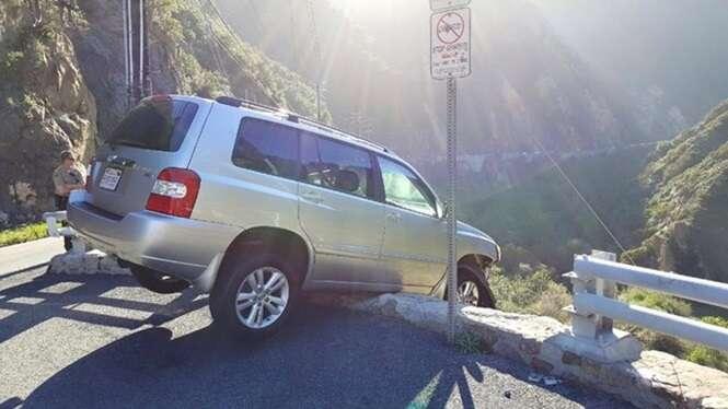 Motorista escapa de cair em penhasco