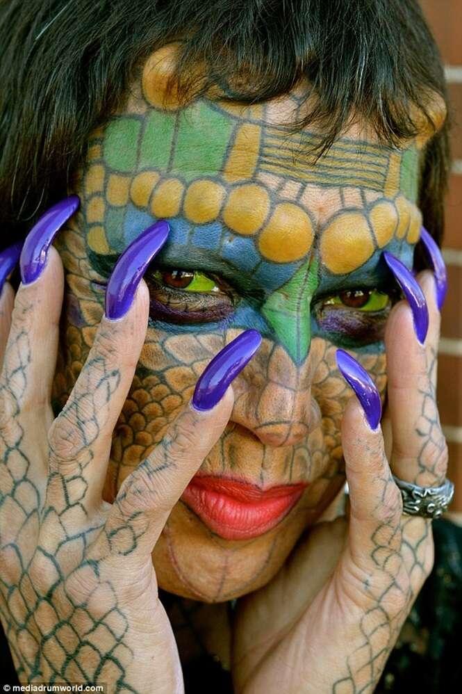 """Homem se torna mulher, retira orelhas e começa a se """"transformar"""" em dragão"""