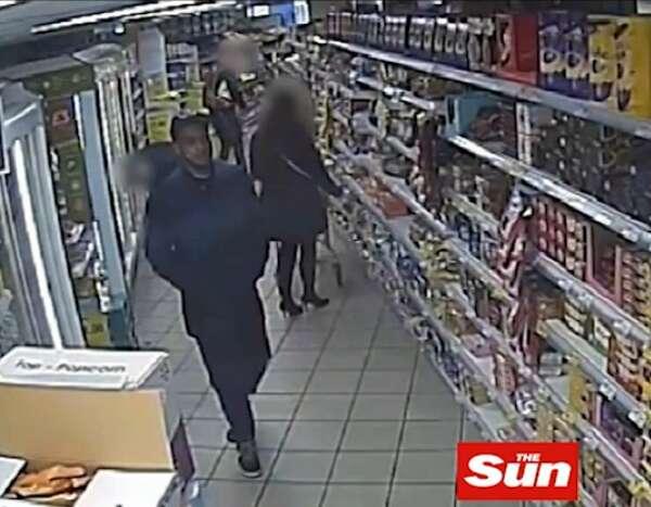 Tarado é flagrado filmando por baixo de saia de mulher dentro de supermercado