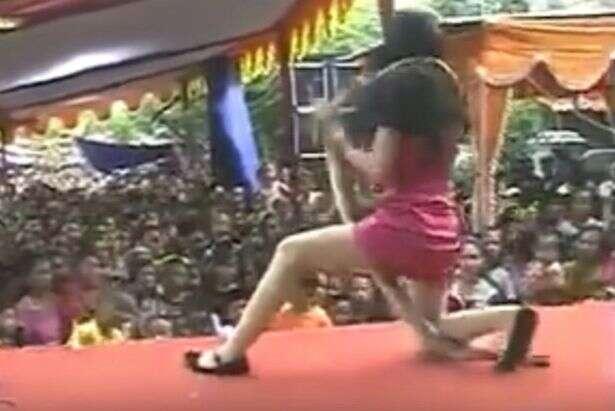 Cantora que se apresentava com cobras morre no palco após ser picada por réptil