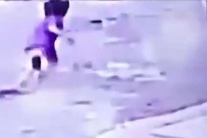 Mãe distraída atropela e esmaga filho de dois anos