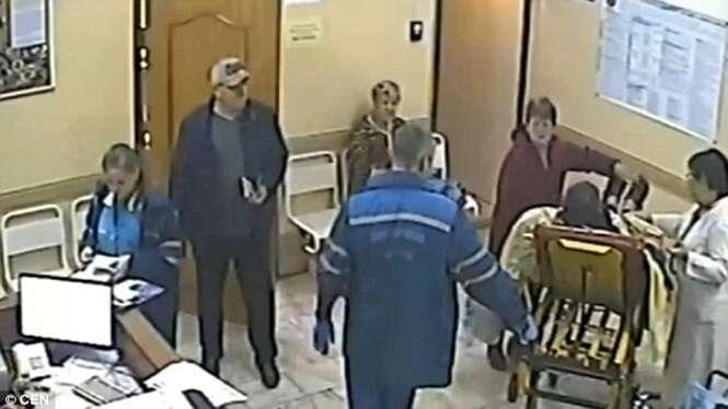 Idoso morre ao cair de maca transportada por paramédicos em hospital