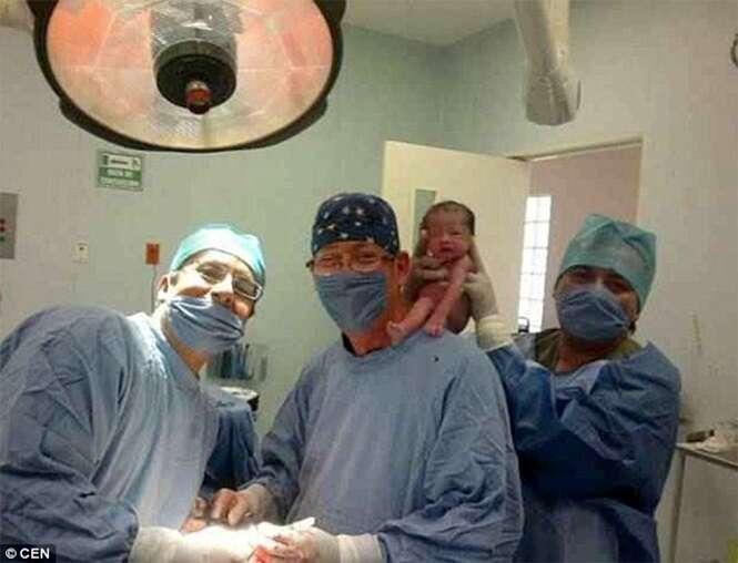 Médicos causa polêmica ao fazerem selfies com recém-nascido nu