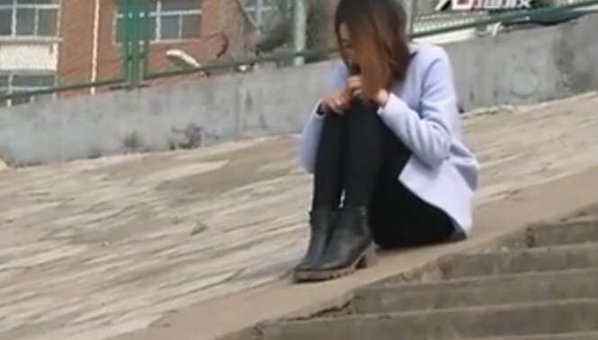 Jovem de 20 anos é vista prestes a cometer suicídio porque idoso de 69 anos tinha terminado a relação