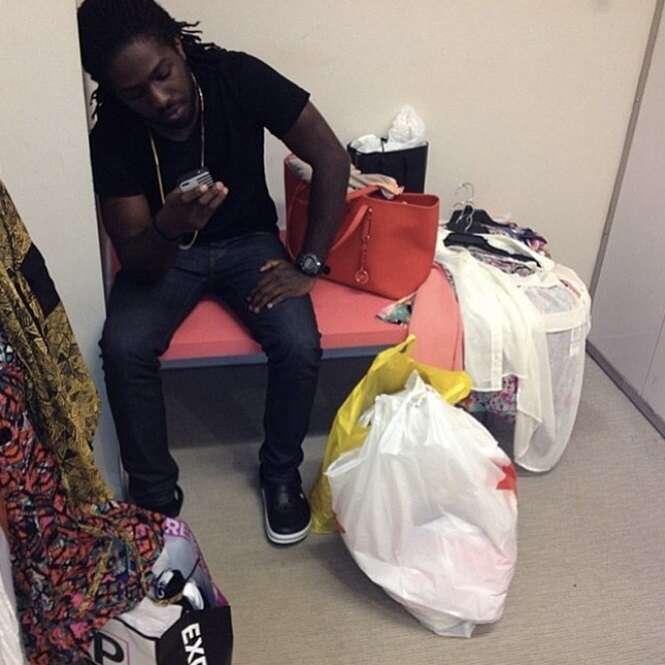 """Fotos mostrando o """"sofrimento"""" de homens que acompanham as esposas no shopping"""