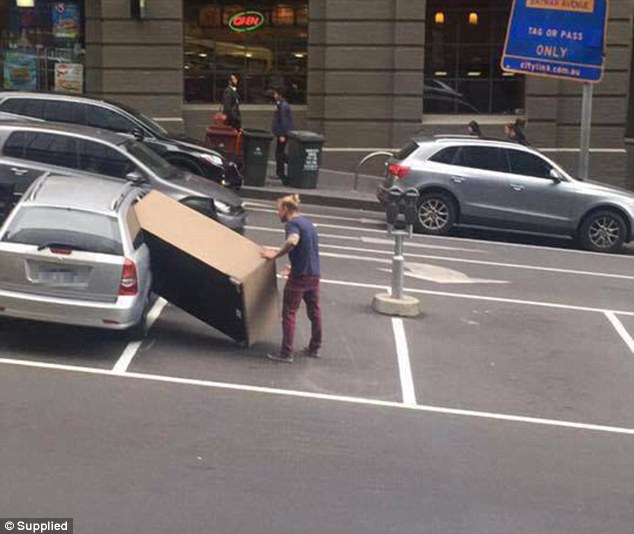 Imagem de homem tentando colocar enorme sofá dentro de pequeno carro se torna sensação na web