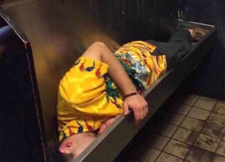Jovem é flagrado dormindo dentro de mictório