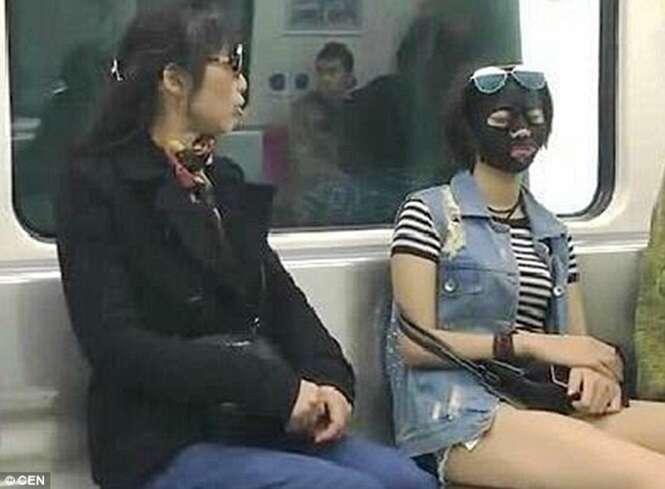 Mulher usa máscara facial diariamente enquanto vai ao trabalho