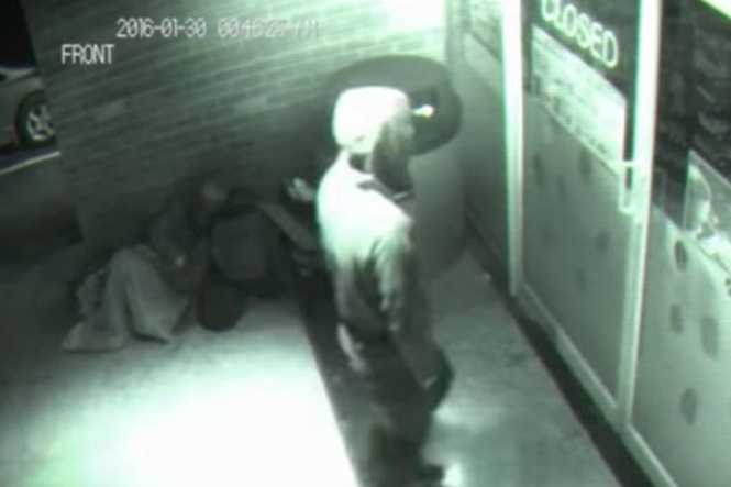 Câmera de segurança flagra homem fantasma atravessando porta fechada