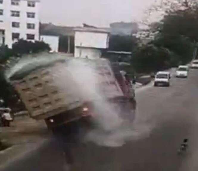 Motorista de caminhão sem freios milagrosamente evita tombar veículo sobre bebê