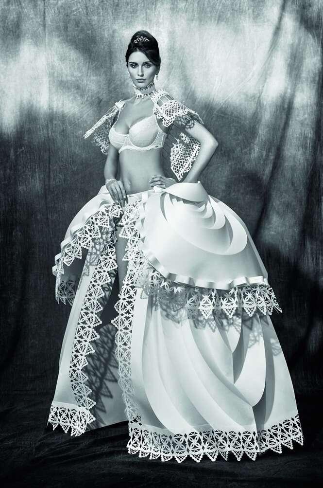 Artista transforma papel em vestidos de casamento