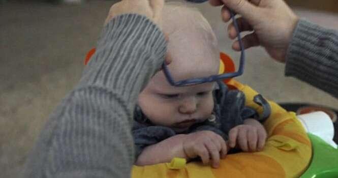 Reação de bebê ao enxergar a mãe pela primeira vez vai derreter seu coração