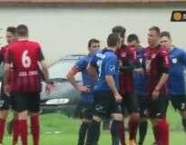 """Jogadores de campeonato búlgaro de futebol têm atitude infantil ao iniciar """"guerra de água"""" e interrompem partida"""