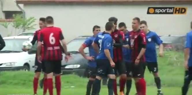 """Jogadores de campeonato búlgaro de futebol têm atitude infantil ao iniciar """"guerra de água"""""""