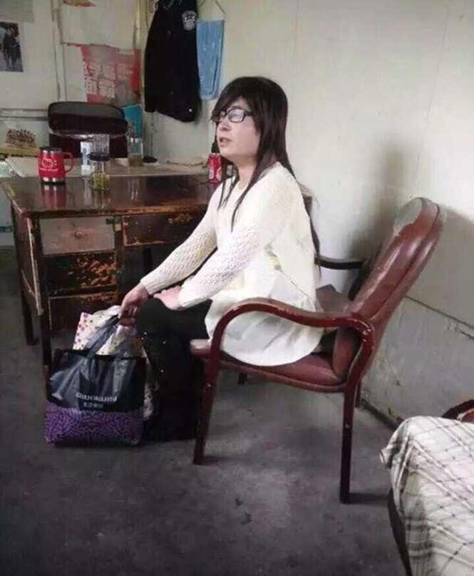 Homem se disfarça de mulher para entrar em dormitório feminino de universidade e acaba preso