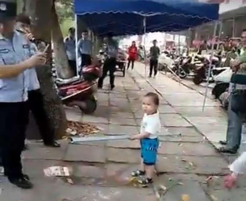 """Pequeno garotinho intimidando com enorme barra de metal fiscais que """"incomodavam"""" sua avó"""