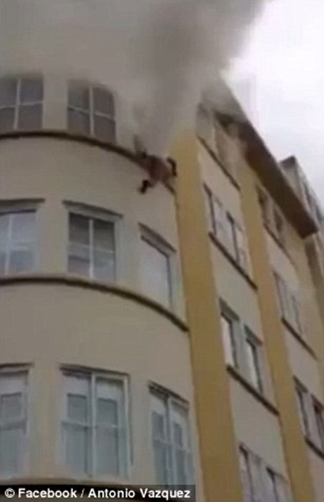 Mulher salta do 3º andar de prédio em chamas usando somente roupas íntimas