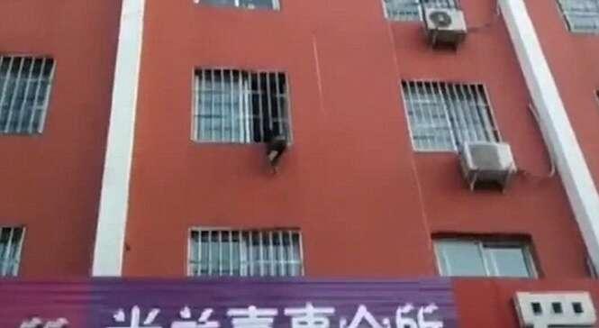 Vídeo tenso mostra criança presa pela cabeça em grade de janela no apartamento