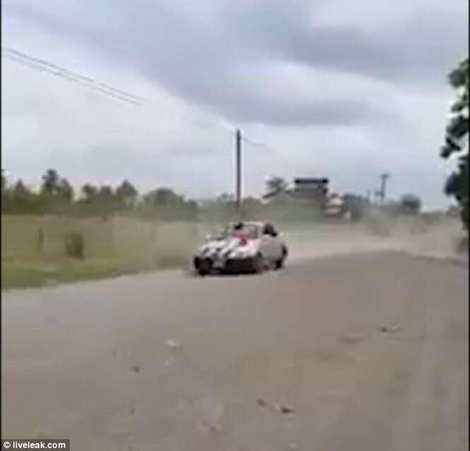 Traído amarra esposa no capô de carro e acelera em alta velocidade