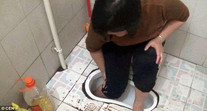 Mulher fica com o pé preso em vaso sanitário