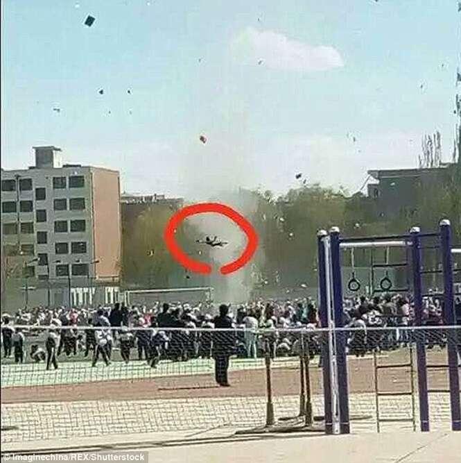 Imagens mostram furacão arremessando criança para o ar na China