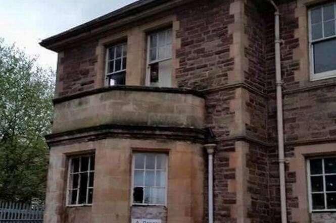 Rosto de fantasma é visto em hospital psiquiátrico abandonado