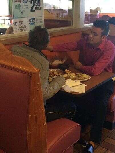 Garçom comove internautas ao ser flagrado alimentando cliente deficiente