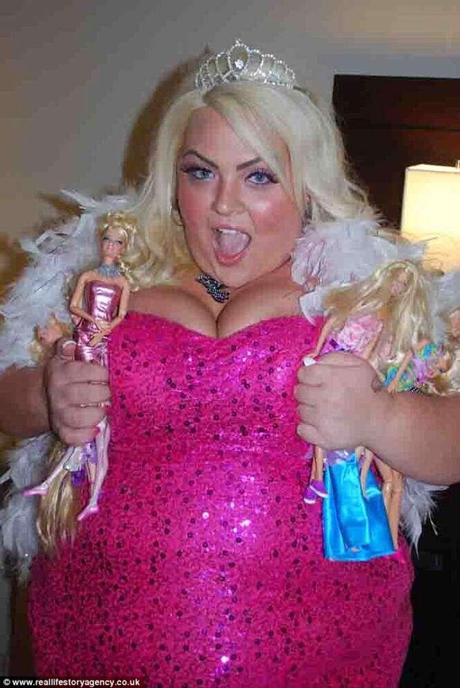 """Mulher de 180 quilos ganha R$ 200 mil por ano vivendo como uma boneca """"Barbie"""""""