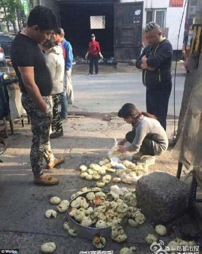 Homem pisoteia pães caseiros de vendedora ambulante
