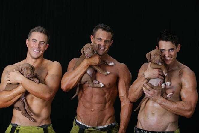 Bombeiros posam para fotos de calendário a fim de ajudar na adoção de cães abandonados