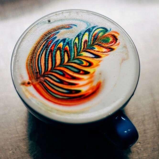 Barista cria arte colorida em cafés