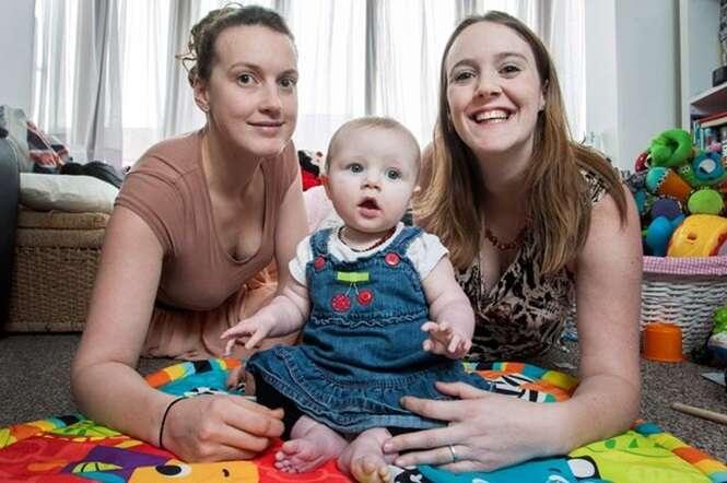 Mãe ocupada com trabalho permite que babá amamente sua filha