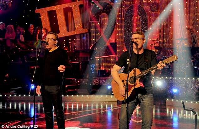 Alguns brincou o par parecia The Proclaimers, retratado desempenho no programa de TV Hootenanny de Jools Holland em Londres em 2013