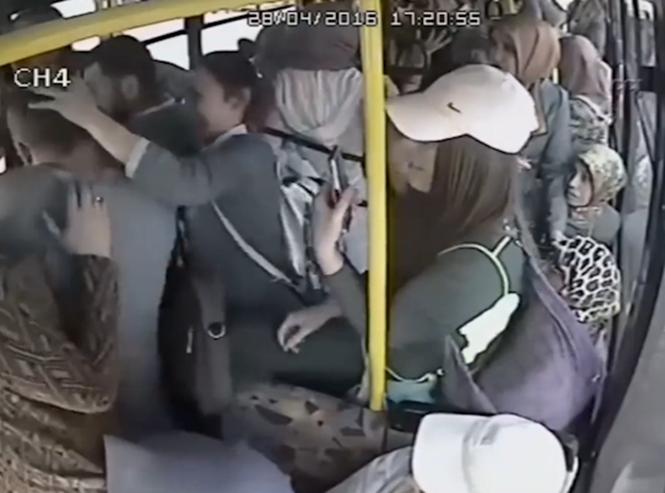 Pervertido tira membro e começa a esfregar em mulheres dentro de ônibus lotado