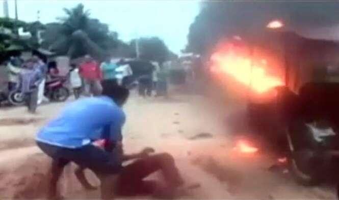 Adolescentes quase são queimados vivos por multidão furiosa