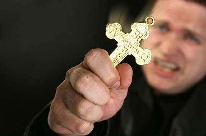 Padre exorcista revela como diferenciar alguém possuído de um doente mental