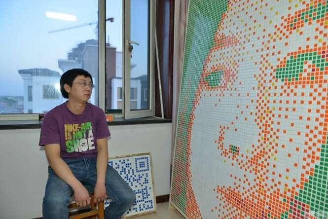 Nerd usa cubos mágicos para fazer retrato gigante com rosto de pretendente