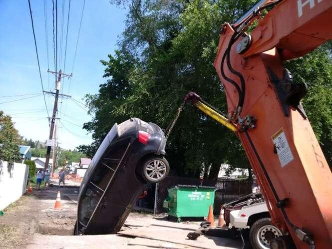 Idoso que criticava esposa por ter pouca habilidade ao volante cai em enorme buraco