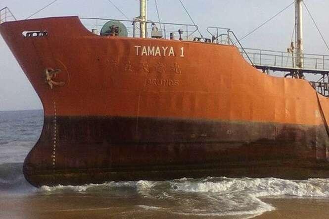 Misterioso navio fantasma aparece sem ninguém a bordo em praia