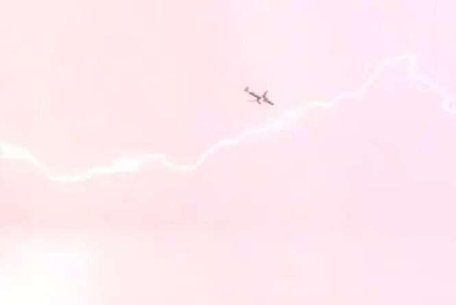 Avião é atingido por raio durante voo