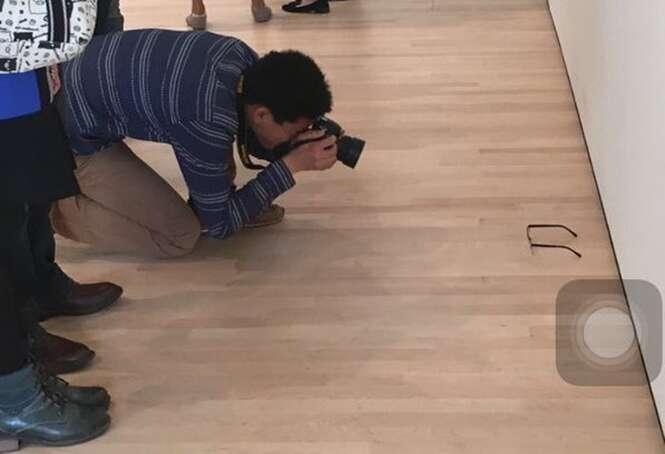 Adolescente coloca óculos no chão e engana visitantes de museu