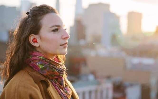 Fone de ouvido inovador promete traduzir conversas de idiomas diferentes em tempo real