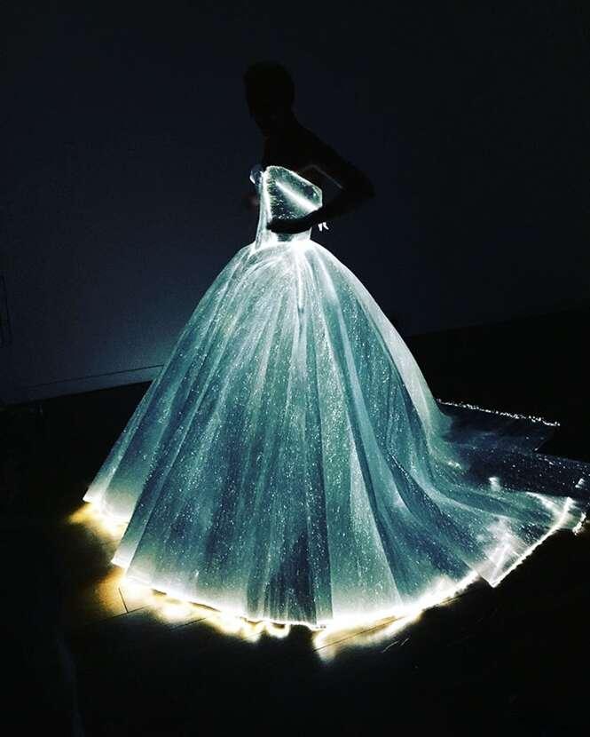 Vestido iluminado promete fazer você ser o centro das atenções