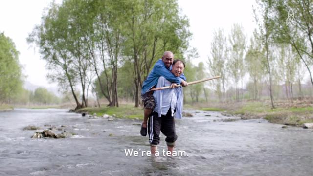 Homem cego e amigo sem braços trabalham juntos para plantarem floresta inteira