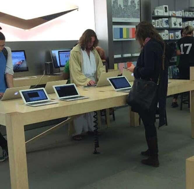 """""""Jesus"""" é preso após se recusar sair de loja da Apple nos EUA"""