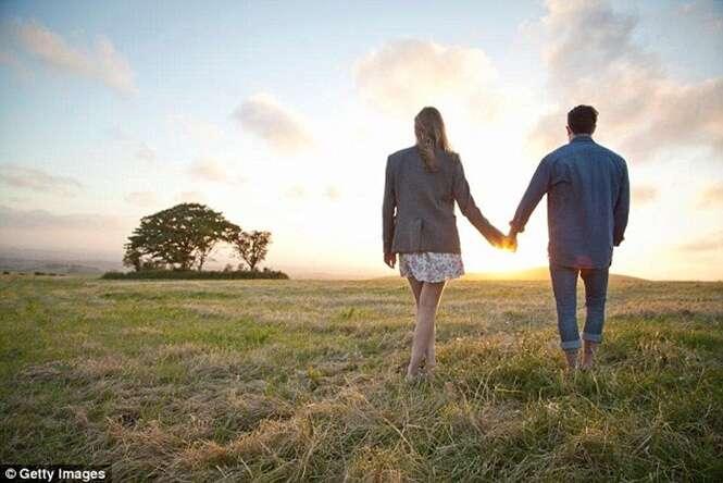 Quer que a sua relação dê certo? Estudo sugere esquecer o celular