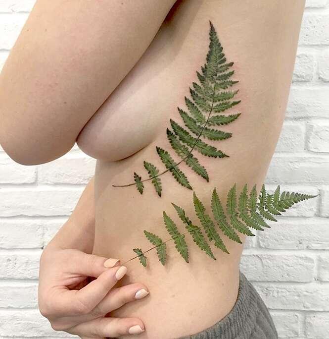 Tatuadora usa folhas reais para estampar a beleza da flora na pele de clientes