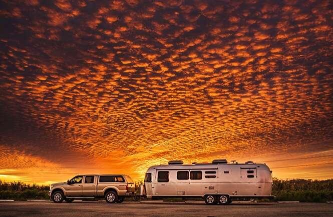 Homem vende tudo e compra um trailer para viajar pelos EUA com a família